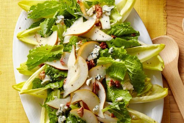 Фото блюда - Салат из цикория с грушей и сыром горгонзола