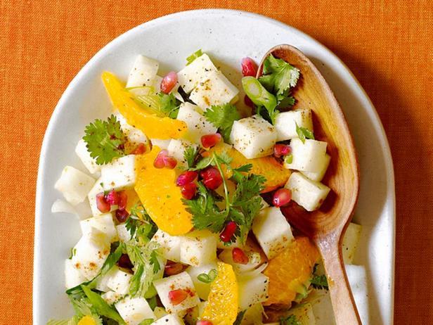 Фото блюда - Острый салат из хикамы с цитрусовой заправкой и гранатом