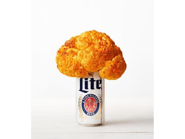 Фото Цветная капуста на банке с пивом, жареная на гриле, и дип с голубым сыром