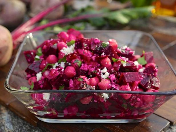 Фото блюда - Салат из запеченной свеклы с нутом и красным луком