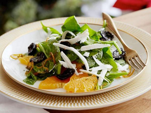 Фото блюда - Листовой салат из шпината с жареными маслинами в апельсиново-розмариновом масле