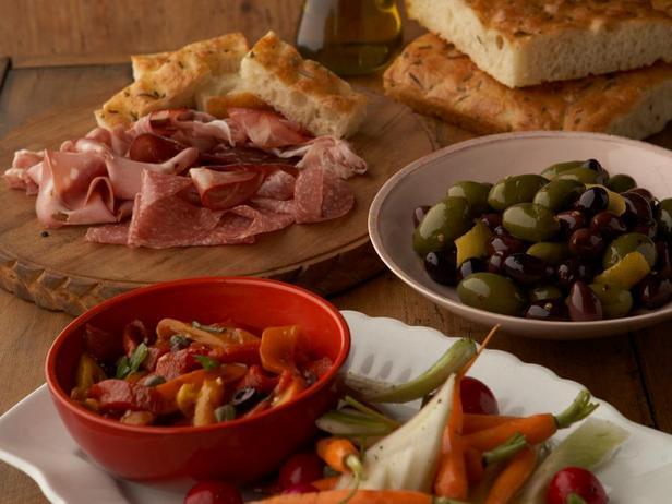Фото блюда - Антипасти из печёных перцев, пинцимонио и маринованных оливок