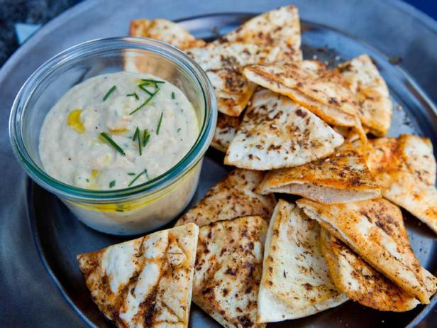 Фото блюда - Пюре из белой фасоли и тахини с чипсами из питы