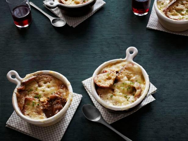Фото блюда - Французский луковый суп с тушёными рёбрышками