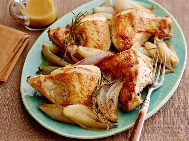 Фотография блюда - Курица с луком-шалот, запечённая в духовке и соус из розмарина