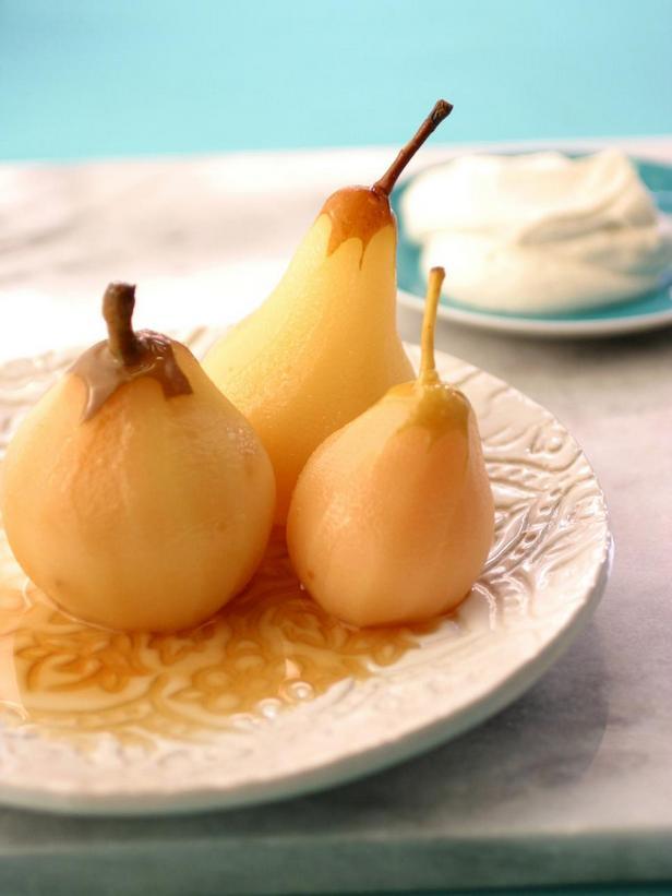 Фотография блюда - Пошированные в белом вине груши со взбитыми сливками с кардамоном