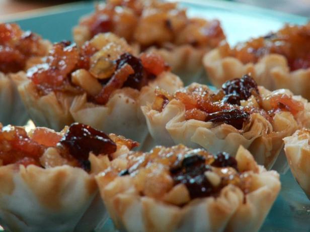 Фотография блюда - Тарталетки с грушами, грецкими орехами и изюмом