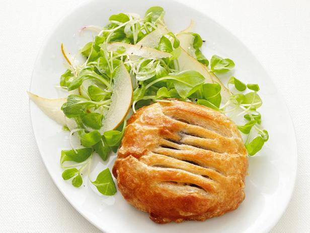 Фотография блюда - Слойка с грибами и салат с грушей
