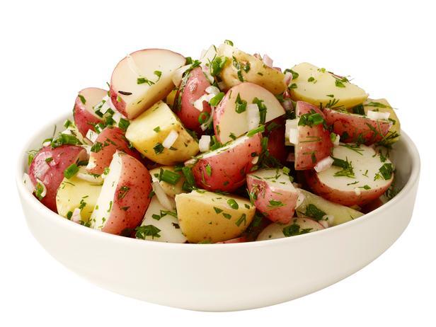 23. Картофельный салат с уксусом и зеленью