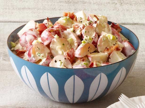 10. Картофельный салат с беконом и соусом ранч