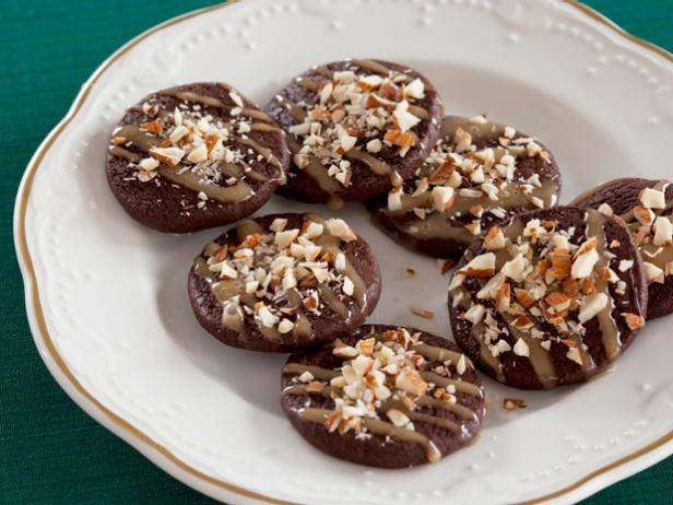 Фото Шоколадное печенье с карамелью и миндалём
