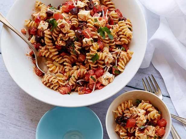 Фотография блюда - Салат из макарон и вяленых помидоров с сыром фета