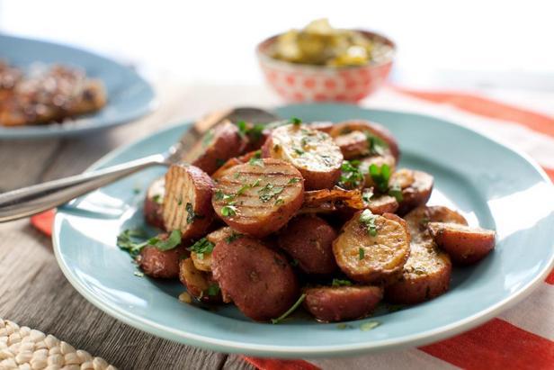 Фотография блюда - Жареный картофель на гриле с маслом чили