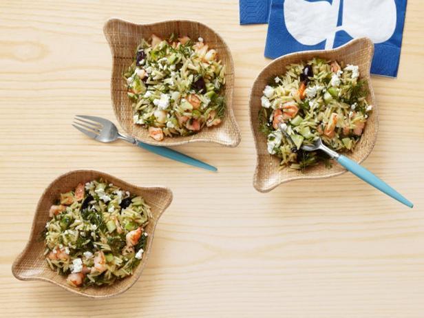 Фотография блюда - Салат из пасты орзо с креветками и сыром фета