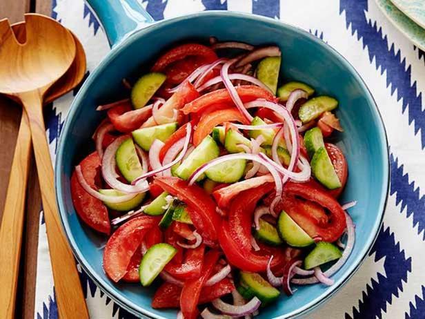 Фотография блюда - Салат из томатов, лука и огурцов