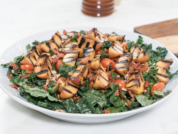 Фотография блюда - Салат с жареным беконом и персиками гриль
