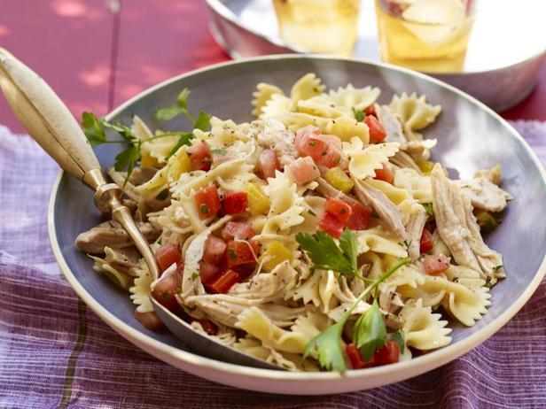 Фотография блюда - Салат из пасты фарфалле с курицей и печёными перцами