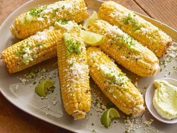 Фотография блюда - Кукуруза в початках на гриле с чесночным маслом, свежим лаймом и сыром
