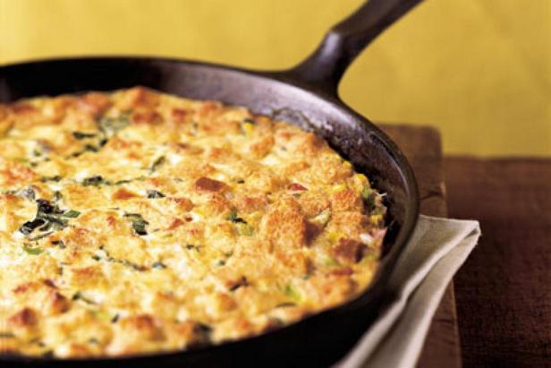 Фотография блюда - Кукурузный пудинг с ветчиной и сыром на сковороде