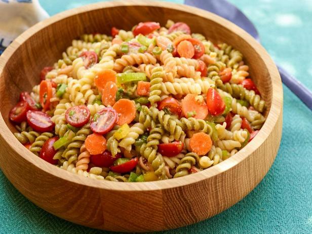 Фотография блюда - Макаронный салат с сезонными овощами
