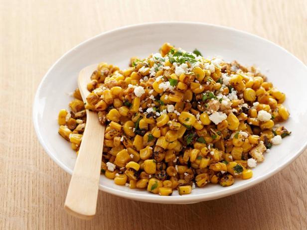 Фотография блюда - Салат из кукурузы на гриле с лаймом, перцем чили и сыром котиха