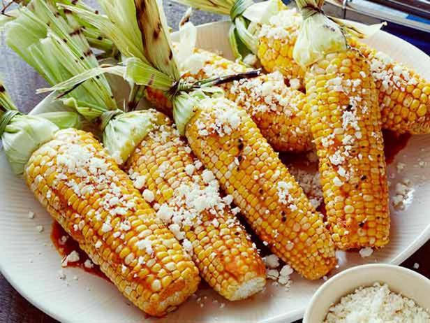 Фотография блюда - Кукуруза гриль в сливочном масле с чили, лаймом и сыром