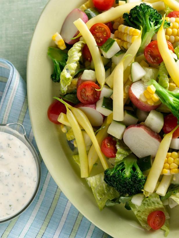 Фотография блюда - Салат из сезонных овощей с заправкой Ранч