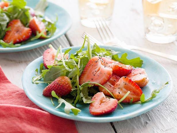 Фотография блюда - Салат с клубникой и рукколой