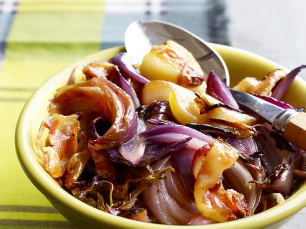 Фотография блюда - Луковый салат в фольге на гриле