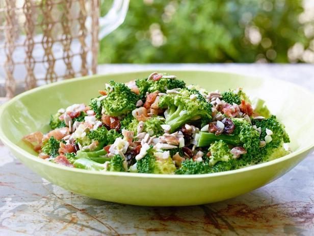 Фотография блюда - Салат из капусты брокколи с изюмом
