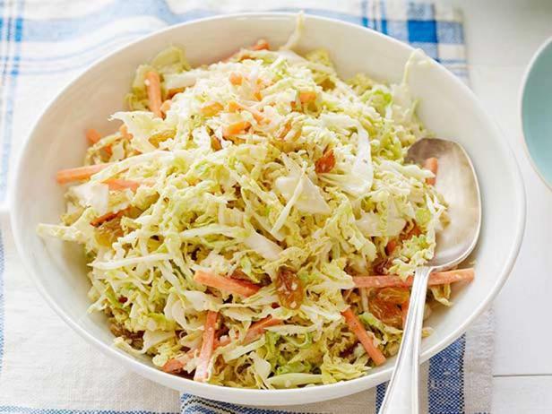 Фотография блюда - Салат из савойской капусты с имбирем и изюмом