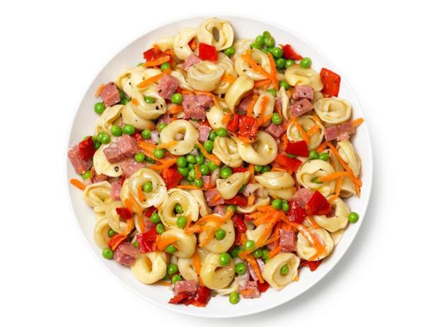 Фотография блюда - Салат с пастой тортеллини, колбасой, морковью, зелёным горошком и печёным перцем