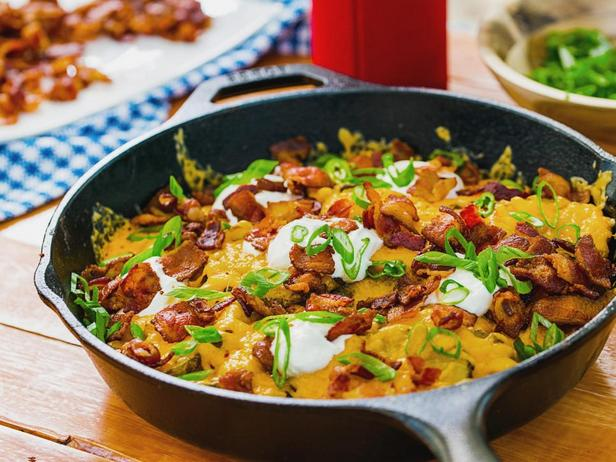 Фотография блюда - Картофель на гриле с сыром и сметаной, жареный на сковороде