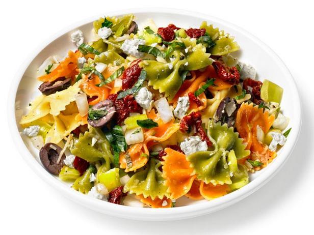 Фотография блюда - Средиземноморский салат с макаронами