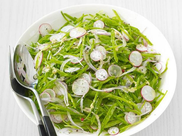 Фотография блюда - Летний салат из редиса и молодого горошка