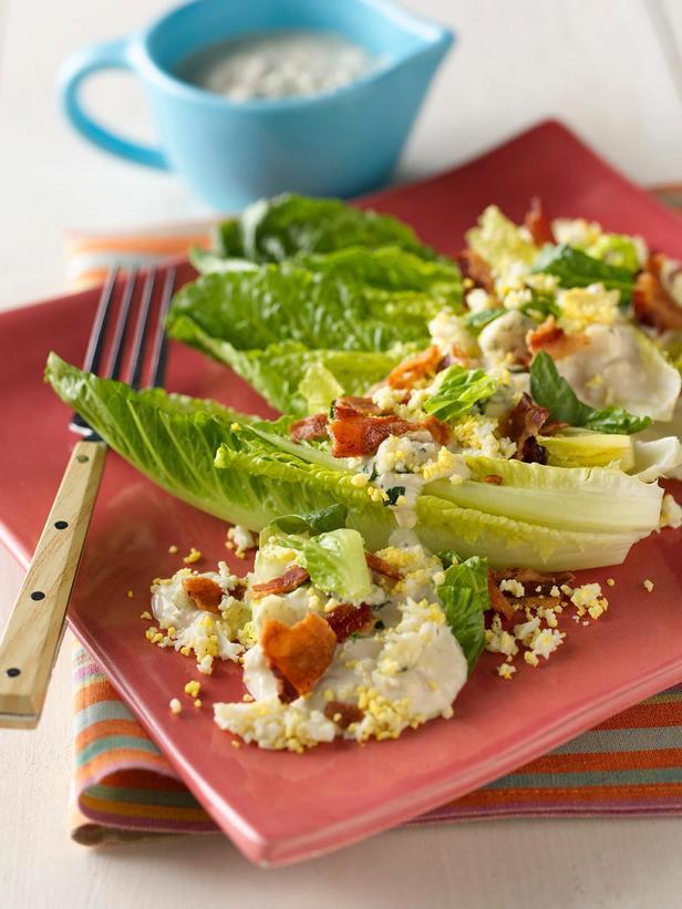 Фотография блюда - Лодочки с листовым салатом, яйцом и голубым сыром