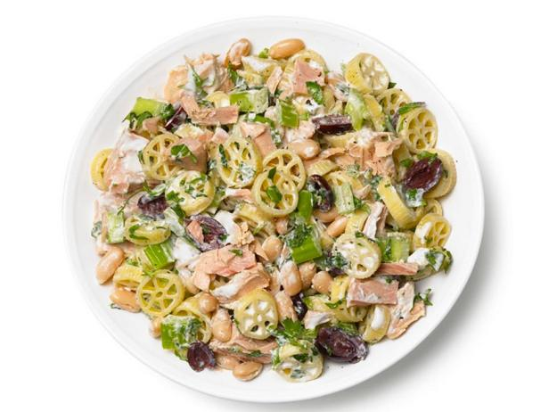 Фотография блюда - Салат с пастой, тунцом, сельдереем, белой фасолью и оливками