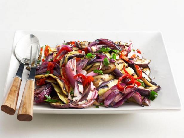 Фотография блюда - Салат из баклажанов на гриле с острым перцем сорта вишня