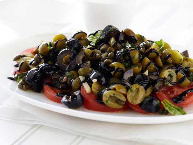 Фотография блюда - Римский летний салат из оливок и помидоров