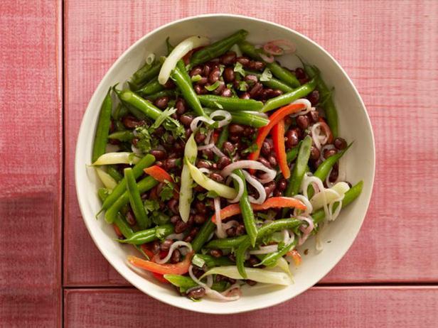 Фотография блюда - Салат из стручковой фасоли, сладкого перца и красного лука