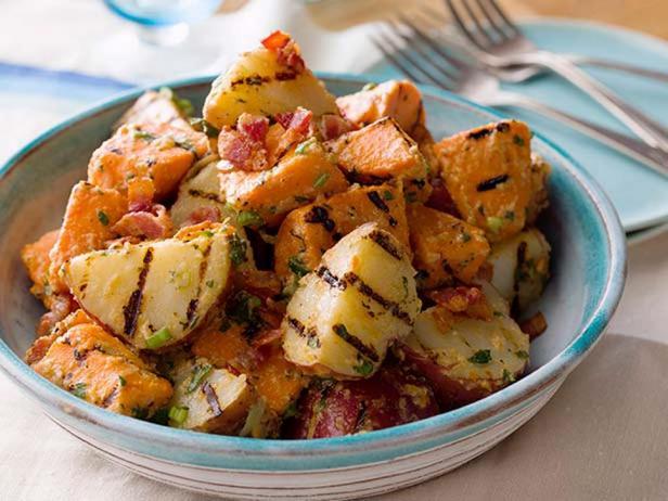 Фотография блюда - Картофельный гриль-салат с беконом и зеленым луком