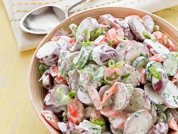 Фотография блюда - Картофельный салат с огурцом и сельдереем