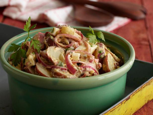 Фотография блюда - Картофельный салат по-техасски с горчицей и маринованным луком