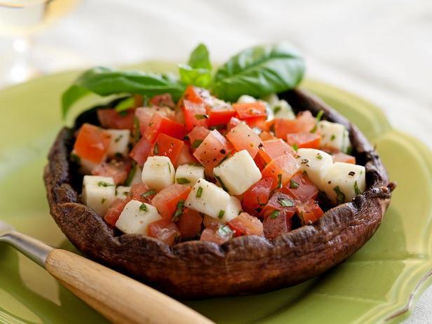 Фотография блюда - Салат Капрезе в грибных шляпках на гриле