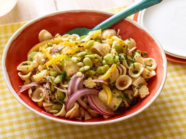 Фотография блюда - Салат из пасты орекьетте с овощами, кукурузой и фасолью
