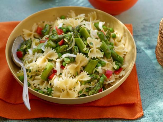 Фотография блюда - Салат с макаронами и спаржей