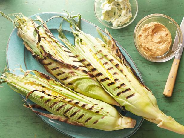 Фотография блюда - Идеальная кукуруза в початках на гриле с зелёным сливочным маслом