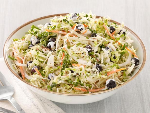 Фотография блюда - Капустный салат с черникой