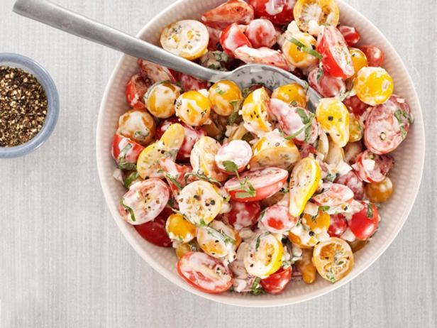 Фотография блюда - Салат с томатами черри и заправкой из пахты