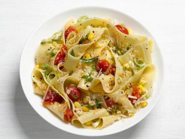 Фотография блюда - Папарделле с кукурузой и помидорами черри